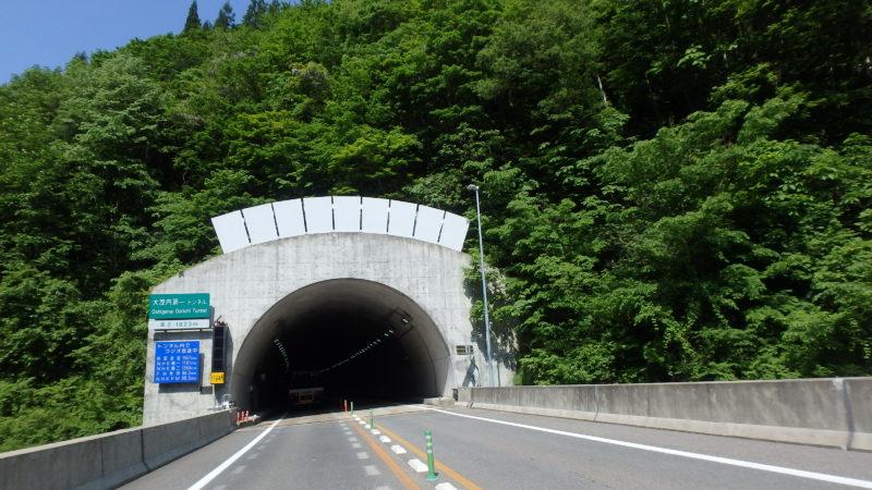 秋田道(大館~小坂)トンネル坑口雪庇防止板